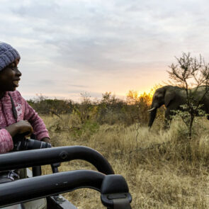 immagine con soggetto ed elefante al tramonto del progetto GITZO LÈGENDE di Vitec Imaging Solutions