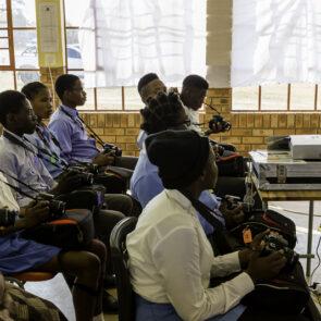 immagine con soggetto che insegna a classe di alunni del progetto GITZO LÈGENDE di Vitec Imaging Solutions