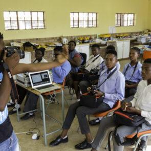 immagine con soggetto che scatta foto a classe di alunni del progetto GITZO LÈGENDE di Vitec Imaging Solutions