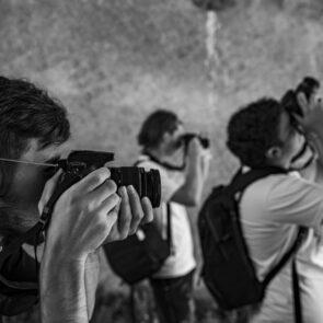 immagine black & white di soggetti che scattano foto del progetto PICTURE OF LIFE di Vitec Imaging Solutions