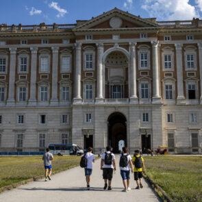 immagine con soggetti che camminano verso un palazzo del progetto PICTURE OF LIFE di Vitec Imaging Solutions