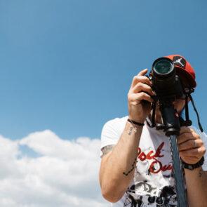 immagine del cielo con soggetto che scatta foto del progetto PICTURE OF LIFE di Vitec Imaging Solutions