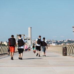 immagine con più soggetti che camminano su un ponte del progetto PICTURE OF LIFE di Vitec Imaging Solutions
