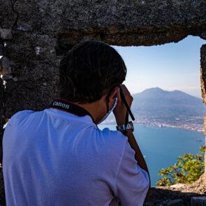immagine al mare con soggetto che scatta una foto artistica del progetto PICTURE OF LIFE di Vitec Imaging Solutions