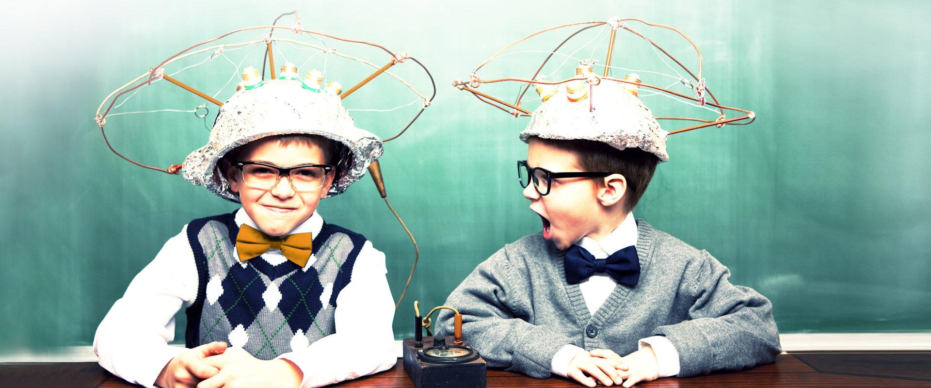 immagine in evidenza di bambini che imparano le scienze per Pleiadi